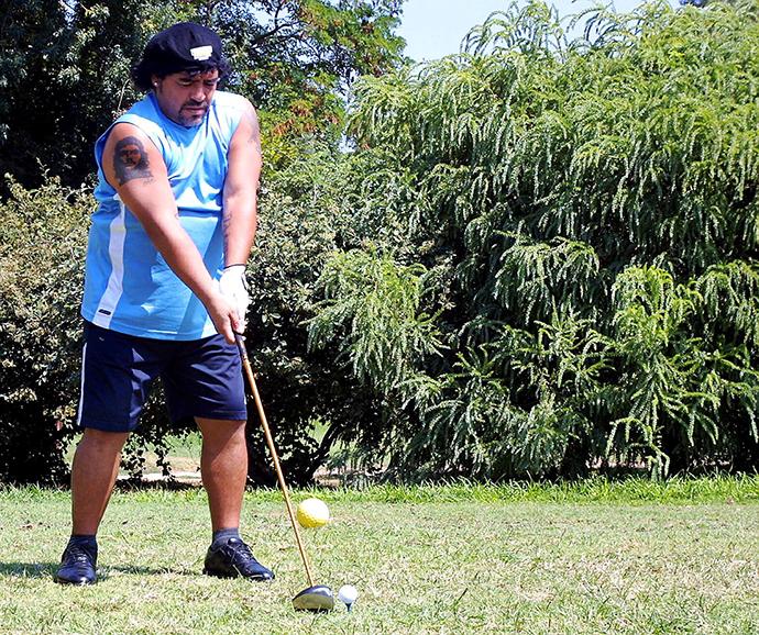 在打高尔夫的马拉多纳。
