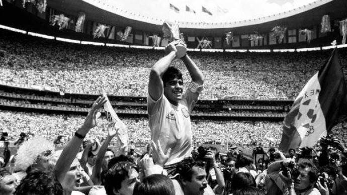 紀念球王丨阿根廷足球隊悼念馬拉多納逝世:比賽前默哀一分鐘