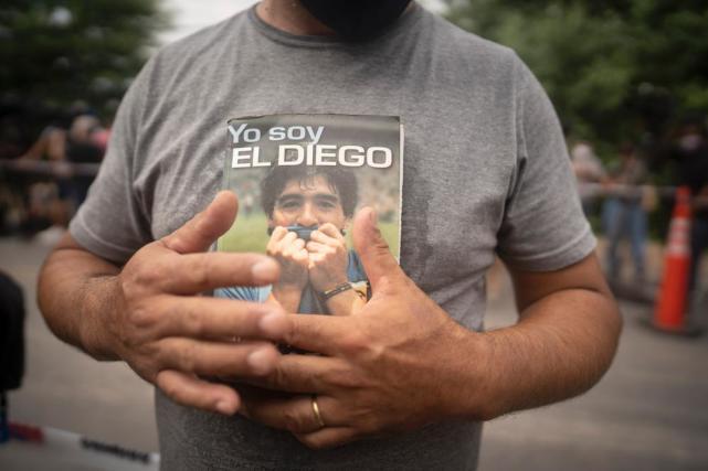 当地时间11月25日,阿根廷首都布宜诺斯艾利斯,球迷自发悼念马拉多纳。新华社 图