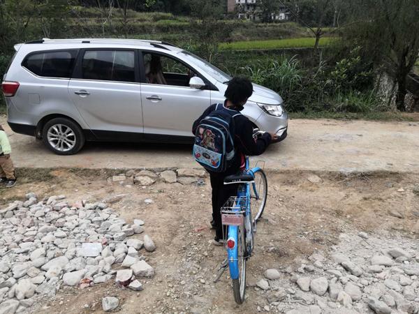 11月1日,范小勇背着书包,骑自行车去学校。