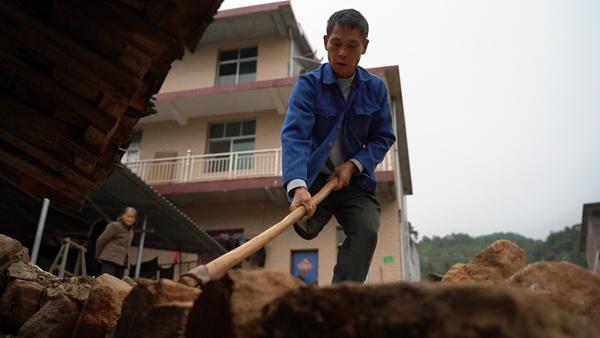 11月2日,范家发在砌家门口的路面。 赵志远 摄