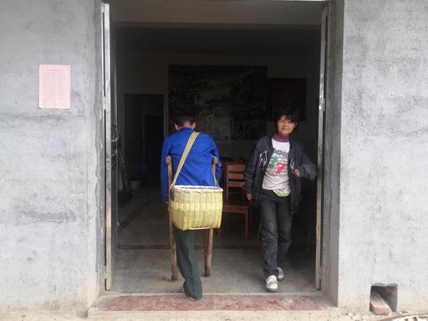 11月3日,范家发背着箩筐从地里回家,先回家的妻子正巧走出家门。