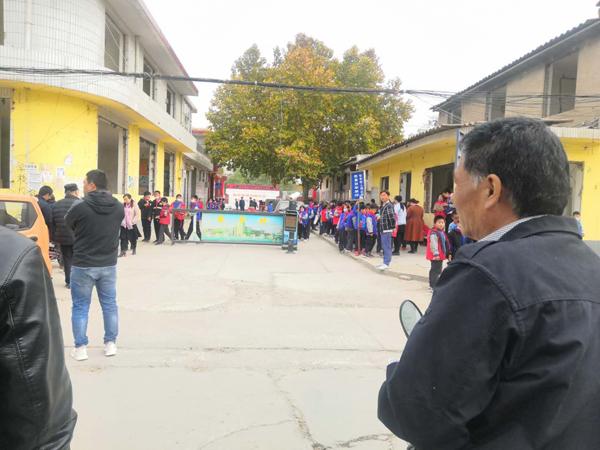 11月5日,南栗小学门口,家长在等小孩放学。 本文图片均为澎湃新闻记者 明鹊 图(除特别标注外)