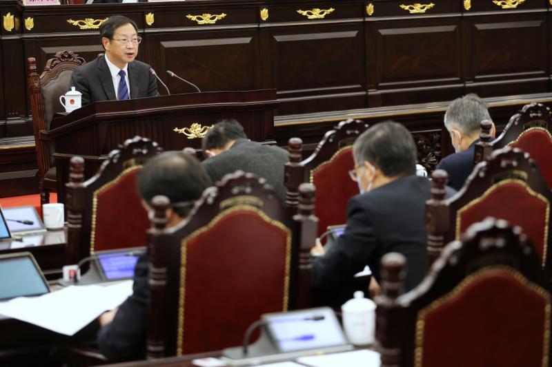 朱芝松向市人大作关于中国(上海)解放贸易试验区临港新片区建设情况的通知。 展翔 摄