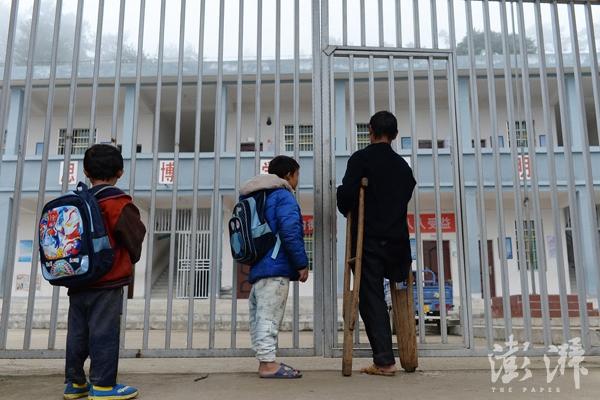 2016年11月17日,范家发送孩子们上学。当时因家中来访的人太多,他们上学总是迟到。 澎湃资料图