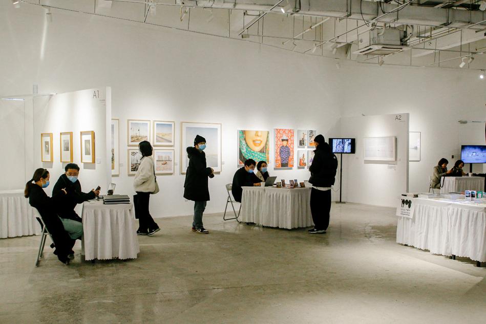 第两届武汉影象艺术专览会现场。汹涌音疑睹习忘者 季成 图