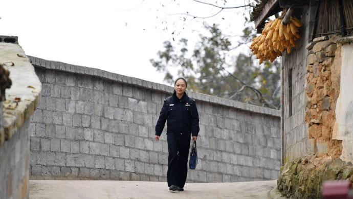凉山女子身份被邻居冒用留下案底,扶贫女警自费帮忙讨清白