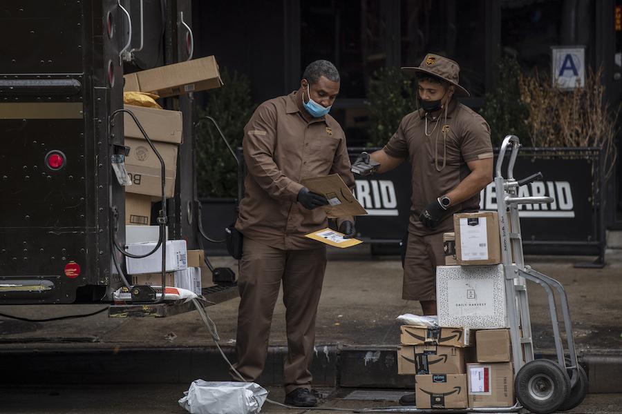 """2020年10月13日,美国纽约,亚马逊开启全球促销活动""""黄金会员日"""",大大小小的印有亚马逊logo的货物被送往各处。"""