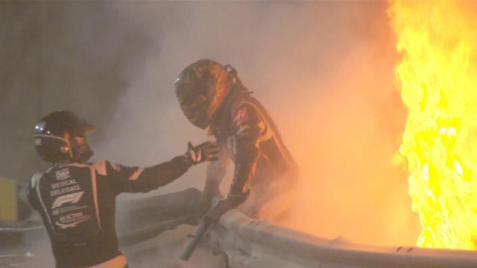 F1巴林站一赛车撞墙起火爆炸:赛车解体,车手火中逃生