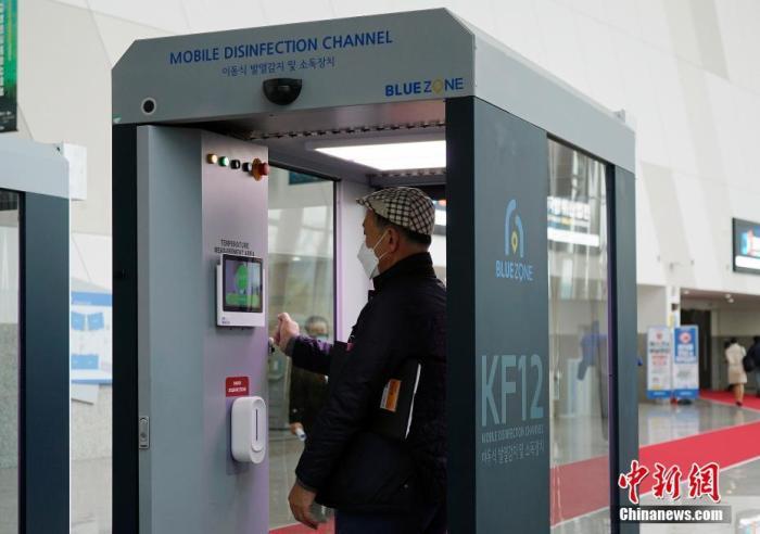 图为在京畿道高阳市某会议中心内,人员需要通过移动测温消毒通道,进行防疫检查。 中新社记者 曾鼐 摄