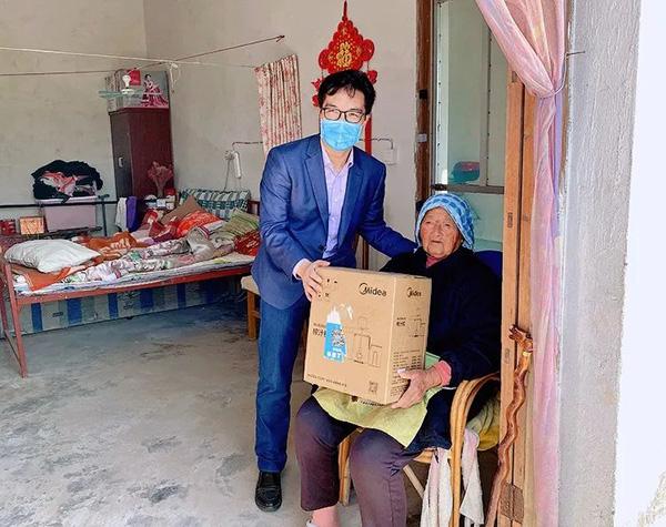 102岁阿婆获得榨汁机