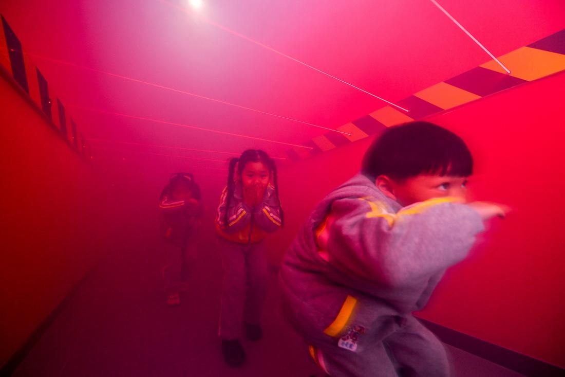 11月26日,浙江省湖州市长兴县夹浦镇消防体验馆,长兴县开发区实验幼儿园的孩子们正在模拟穿越火场逃生。当日,该幼儿园开展消防主题活动,让孩子们寓教于乐学习消防知识,增强安全意识和自防自救能力。谭云俸/人民视觉 图