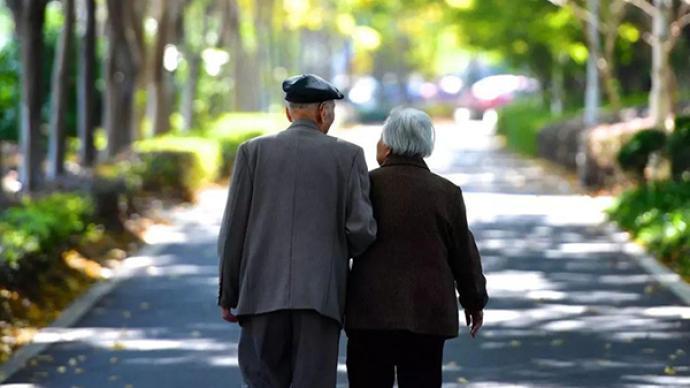 如何帮老年人跨越数字鸿沟?代表建议在国家层面推进老年教育立法