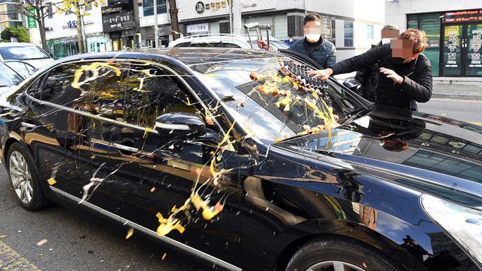 早安·世界|韩国前总统全斗焕因诽谤死者获刑,汽车遭砸鸡蛋