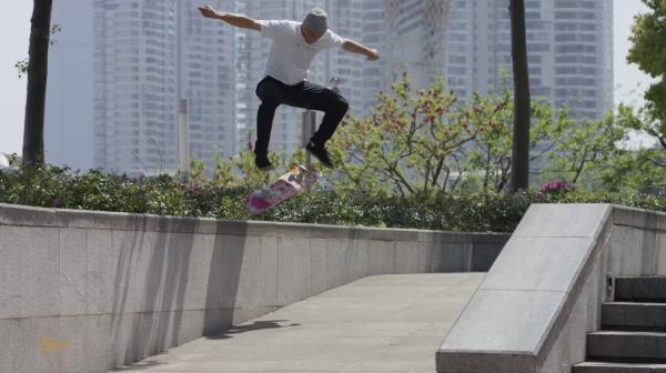 滑板人Carlos Ribeiro在上海,图片出自Primitive Skateboards出品的视频Never(2018)。视频导演为Alan Hannon。