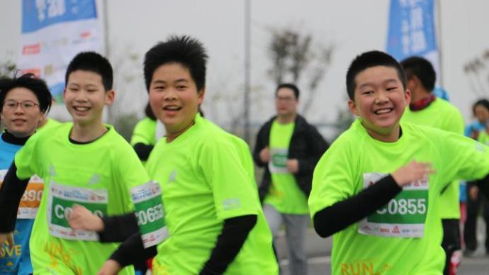 """體育老師帶班跑馬拉松:學生跑完說""""被騙"""",原因又燃又好笑"""