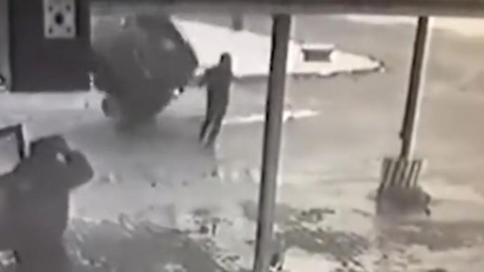 幸免于难!白俄罗斯一男子侥幸避开360度侧翻汽车