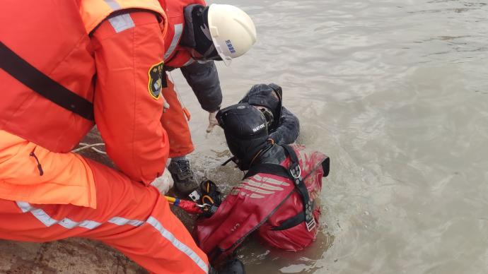 渔民被困翻扣渔船7小时,东海救助局派遣救助队成功将其救起