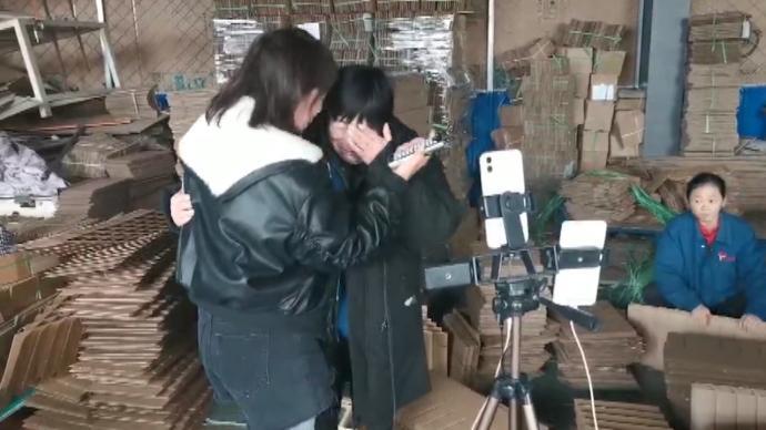 暖心湃丨志愿者买4万余元羽绒服送残疾工人