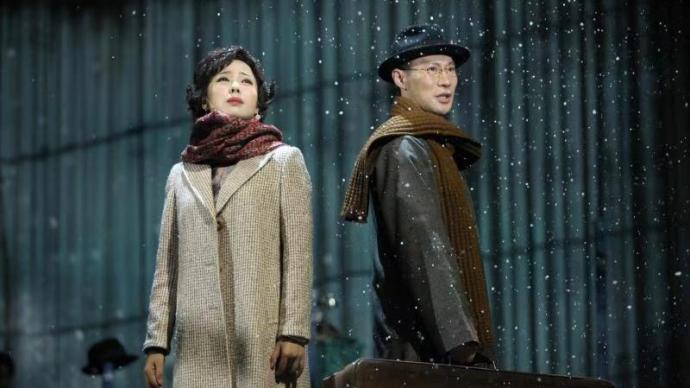 在光影斑斓的话剧舞台,张爱玲和她笔下的女性一起重返上海