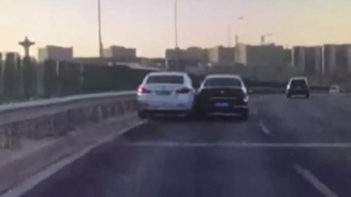 视频丨两轿车斗气发生剐蹭,北京交警已介入调查