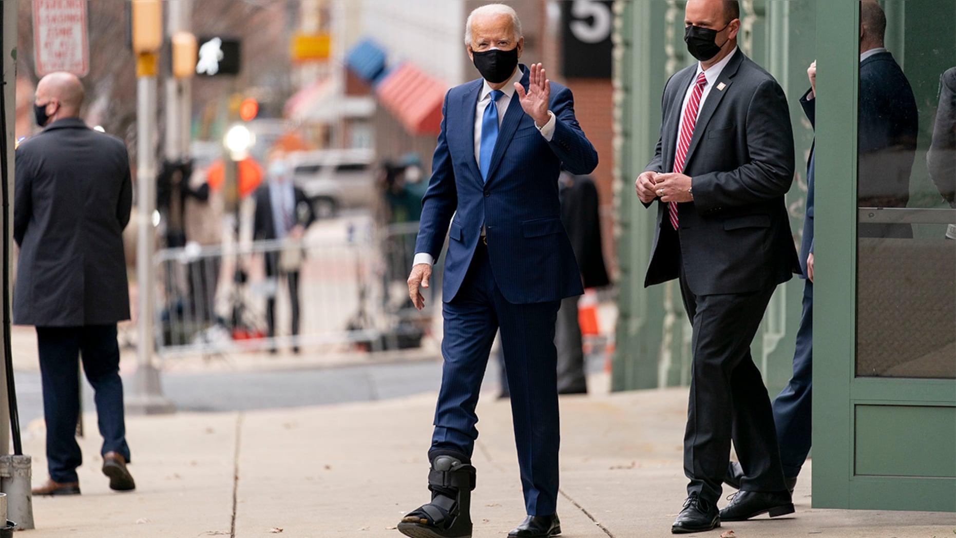 美国当选总统拜登首次穿着助行靴现身