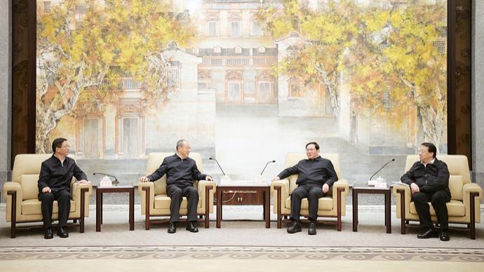 李强、龚正与阮成发、王予波率领的云南省党政代表团座谈