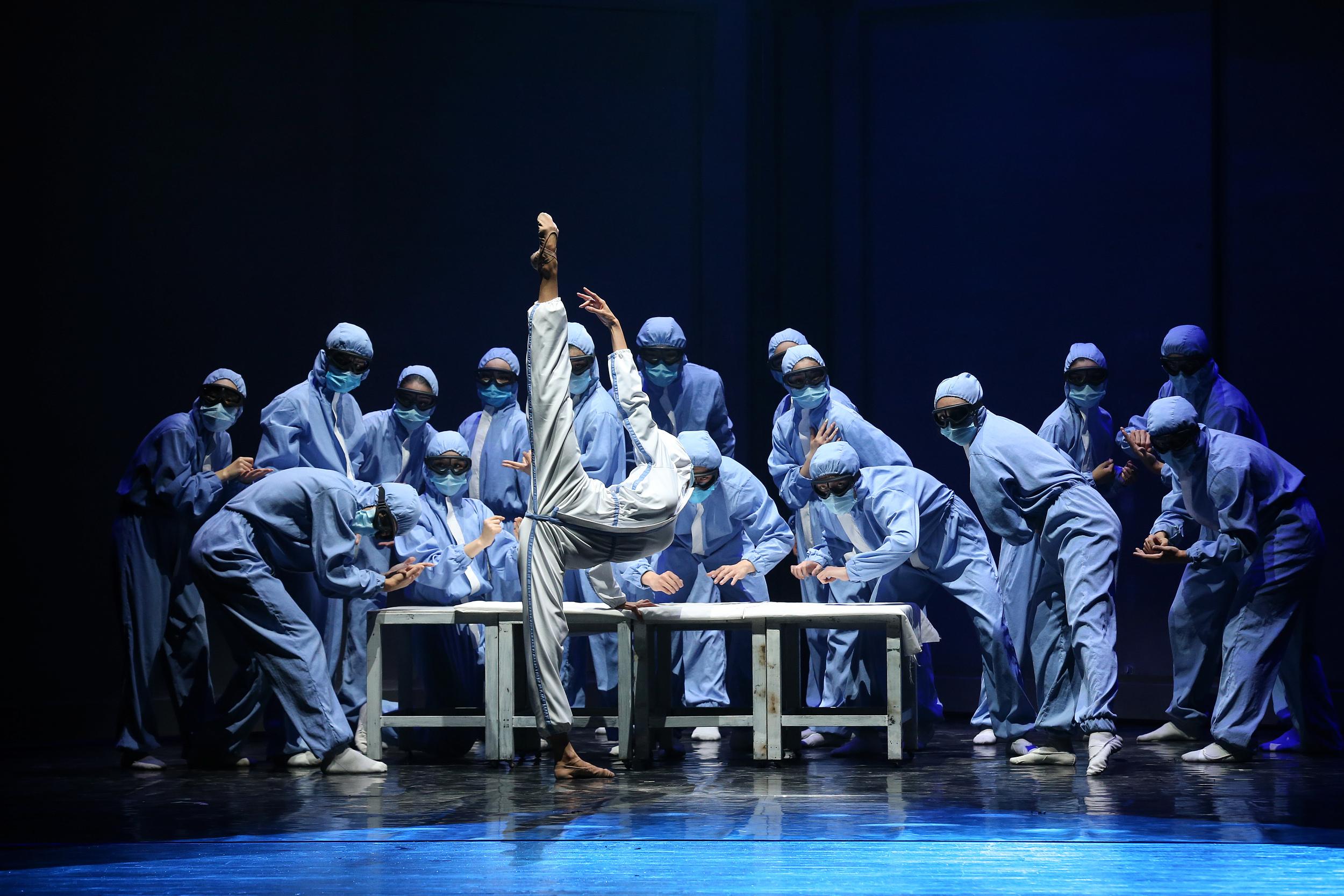 全国首部战疫题材舞蹈诗《逆行》 人民视觉资料图