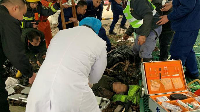 重庆万州两工人化粪池作业时中毒昏迷,消防救出送医
