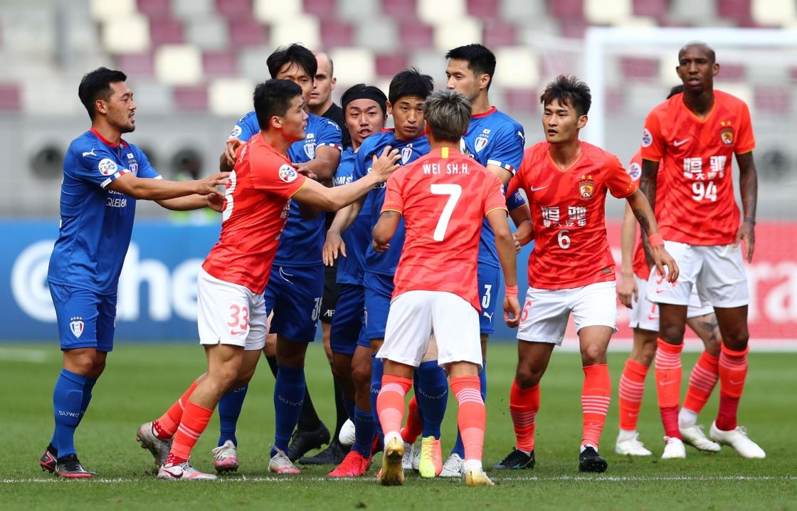 12月1日,在恒大和水原三星的比赛上,双方球员发生了冲突。