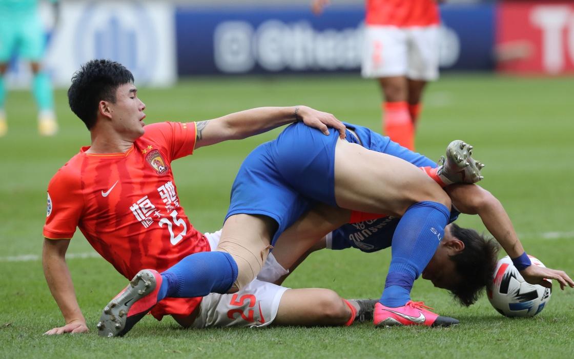 恒大队球员邓涵文(左)在比赛中拼抢。