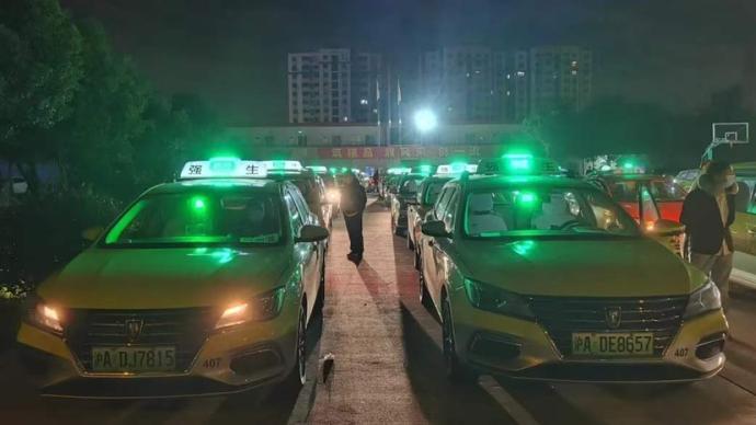 浦东医院解除闭环管理,上海一百多名的哥深夜排队接患者回家