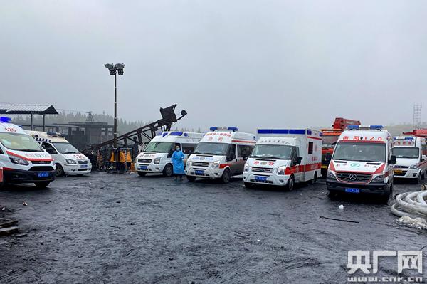 救援车辆在集结等待(央广网记者 尧遥 摄)