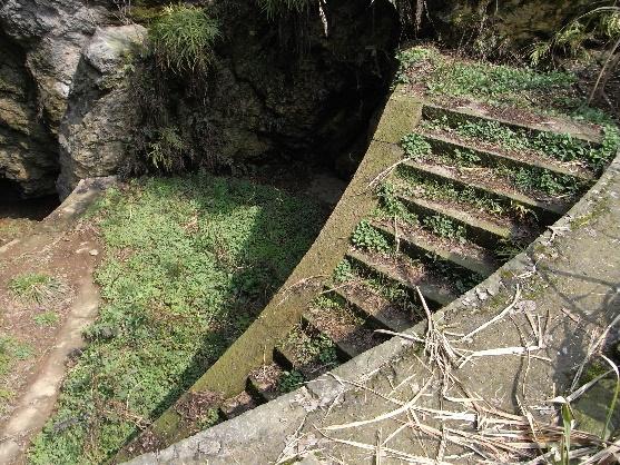 图5 洞窟入口向下的阶梯