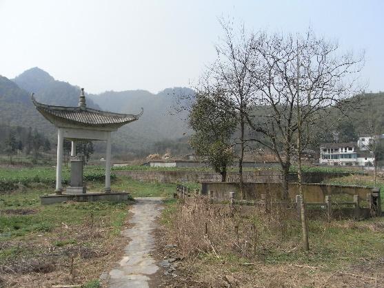 """图22 """"天柱亭""""的碑亭和水道遗构的入口。远处可以看见上文提到的坛。"""