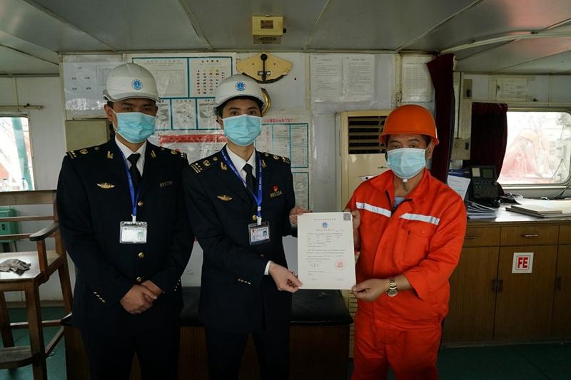 """厦门海事局工作人员向船长颁发""""临时安全管理证书"""" 央广网 图"""