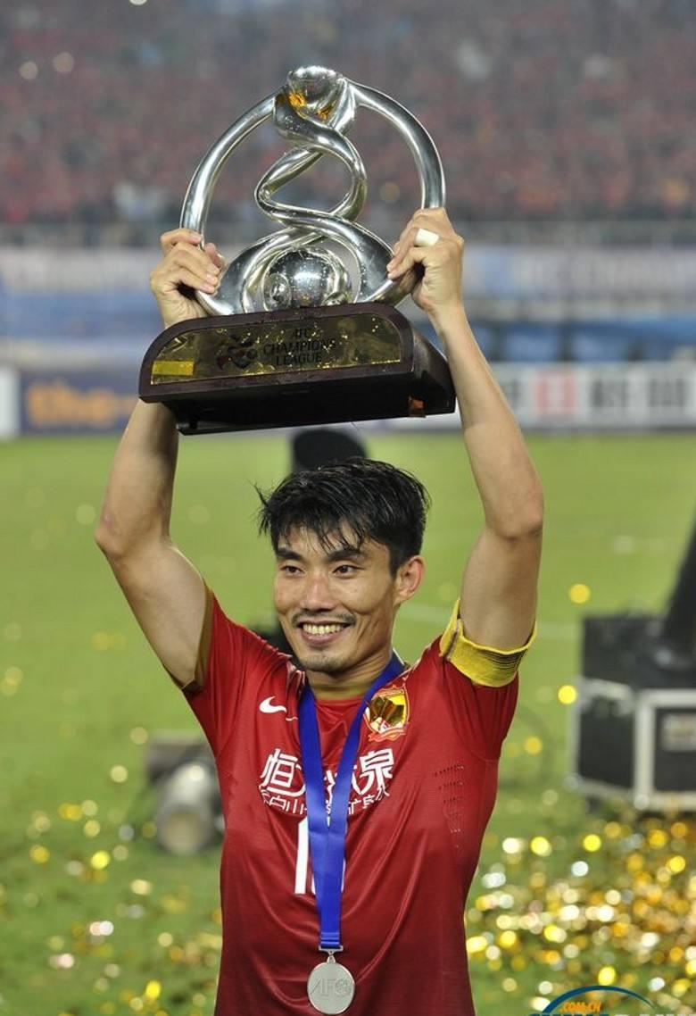 郑智高举亚冠奖杯。