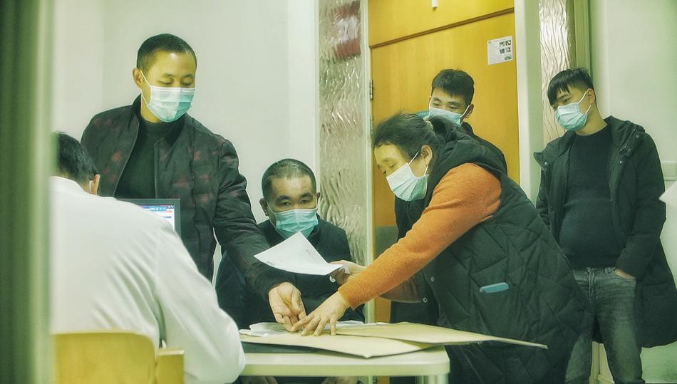 宋玉武在家人陪同下看诊。