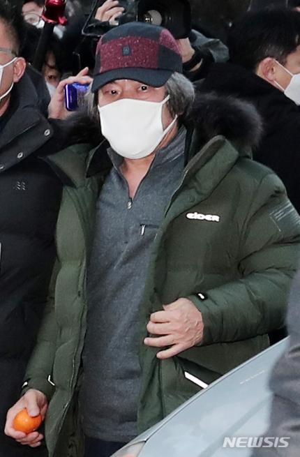 天顺平台登录:素媛案罪犯赵斗淳出狱,12年来首露脸:头发灰白,紧握橘子