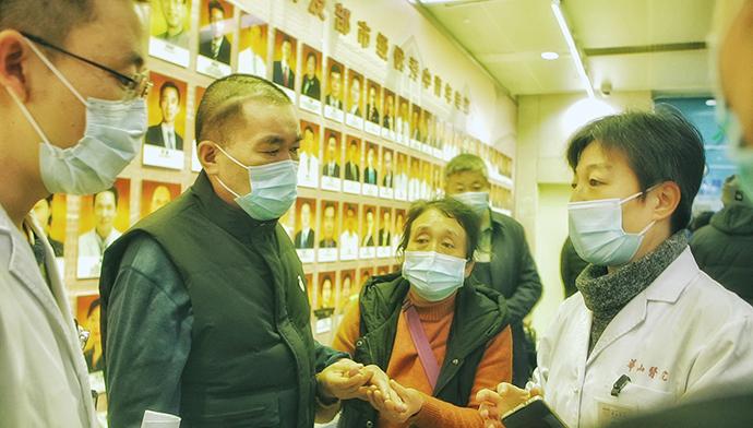 华山医院的领导及专业医疗社工和宋玉武家人确定当日的检查方案。