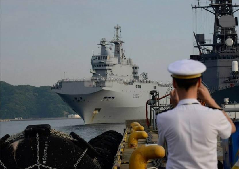 """法国""""西北风""""级两栖攻击舰访问日本。"""