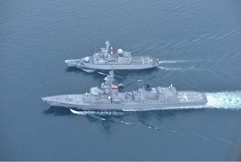 """法国""""范德米埃尔""""号护卫舰与日本""""雾雨""""号驱逐舰举行联合演习。"""