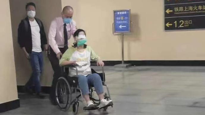 暖闻|患眼疾女乘客在上海地铁迷路,工作人员推轮椅护送