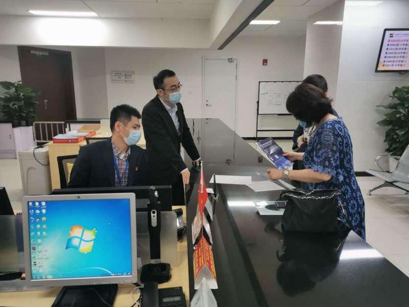 虹口区外国专家受理点,工作人员正在为国际人才办理有关工作许可证。宏新 摄