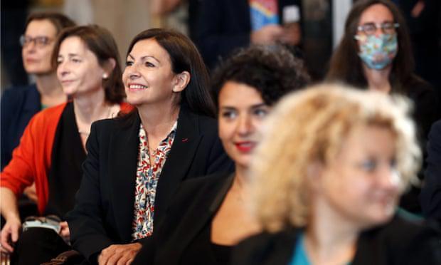 巴黎市长安妮·伊达尔戈(Anne Hidalgo,中)和多名政府职员一起参加会议。