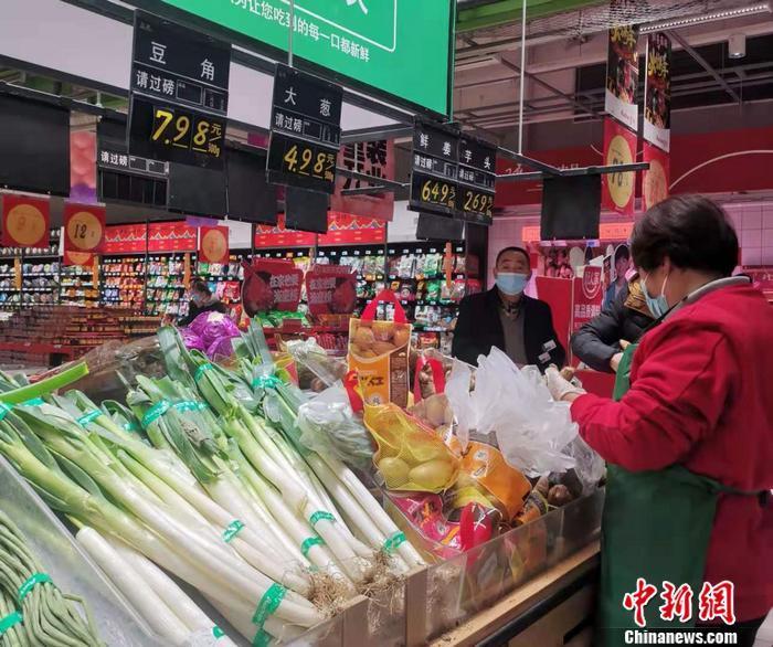 图为北京丰台区一家超市内售卖的蔬菜。 中新网记者 谢艺观 摄