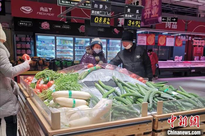 图为民众在北京丰台区一家超市内购物。中新网记者 谢艺观 摄