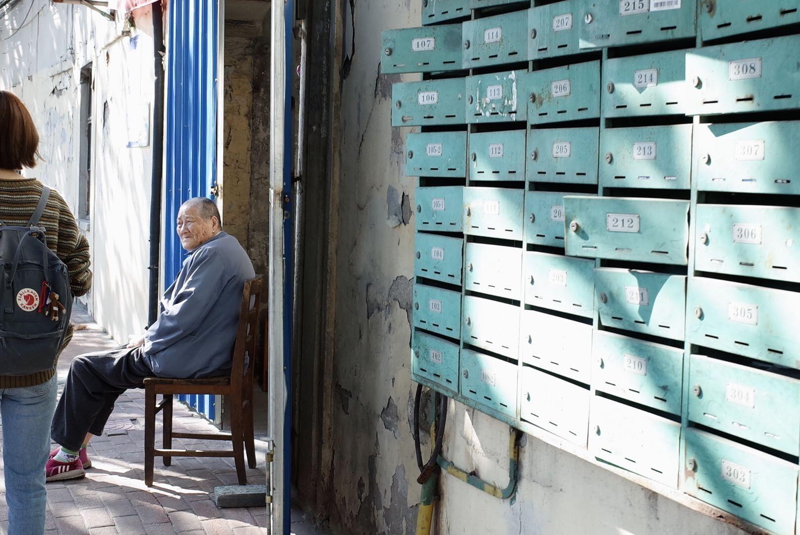 独坐在老弄堂门口的老人。 张廷钰 摄