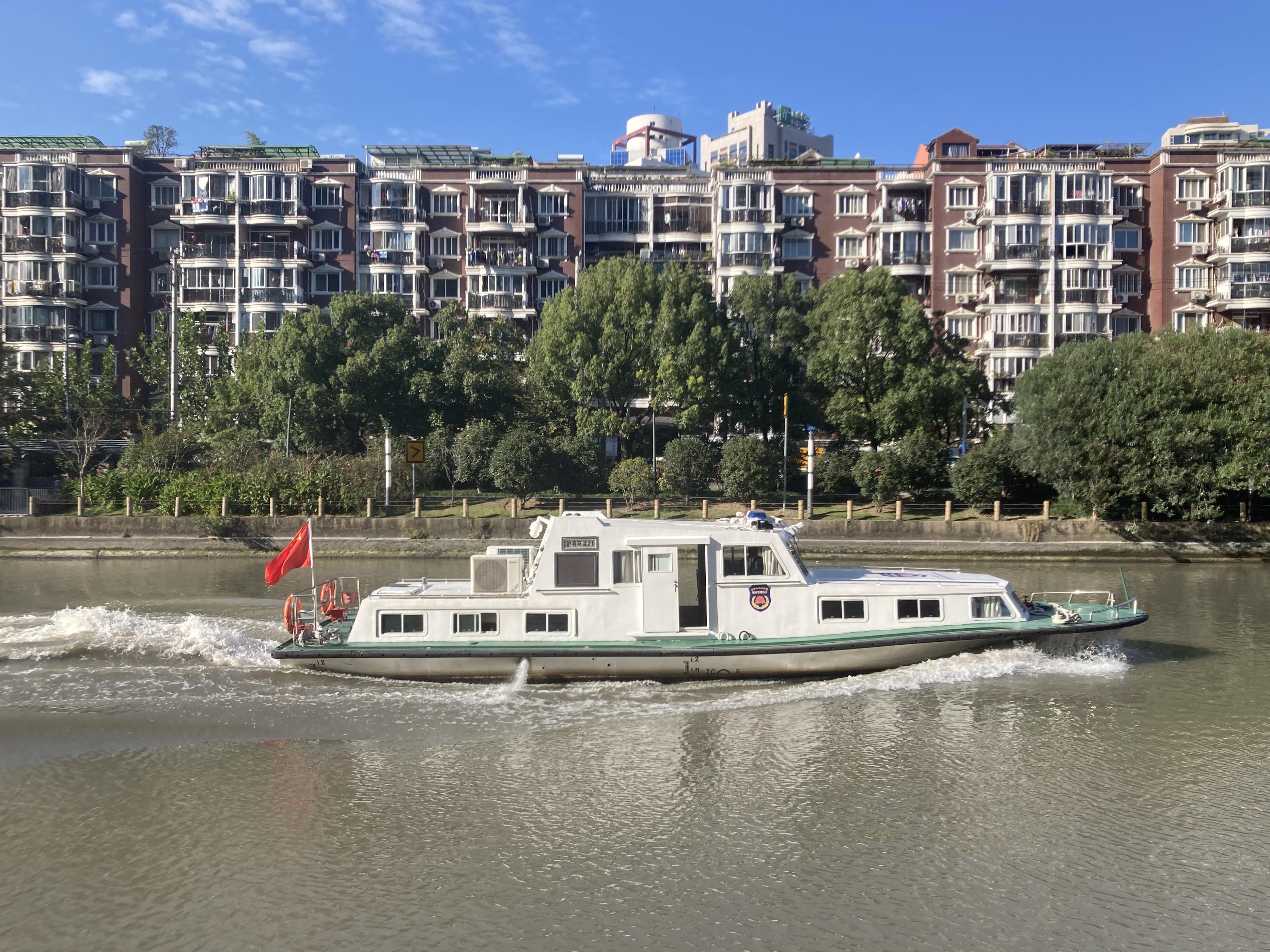 一艘巡逻船经过普陀区大型居住区之间的苏州河河道。 澎湃新闻记者 沈健文 摄