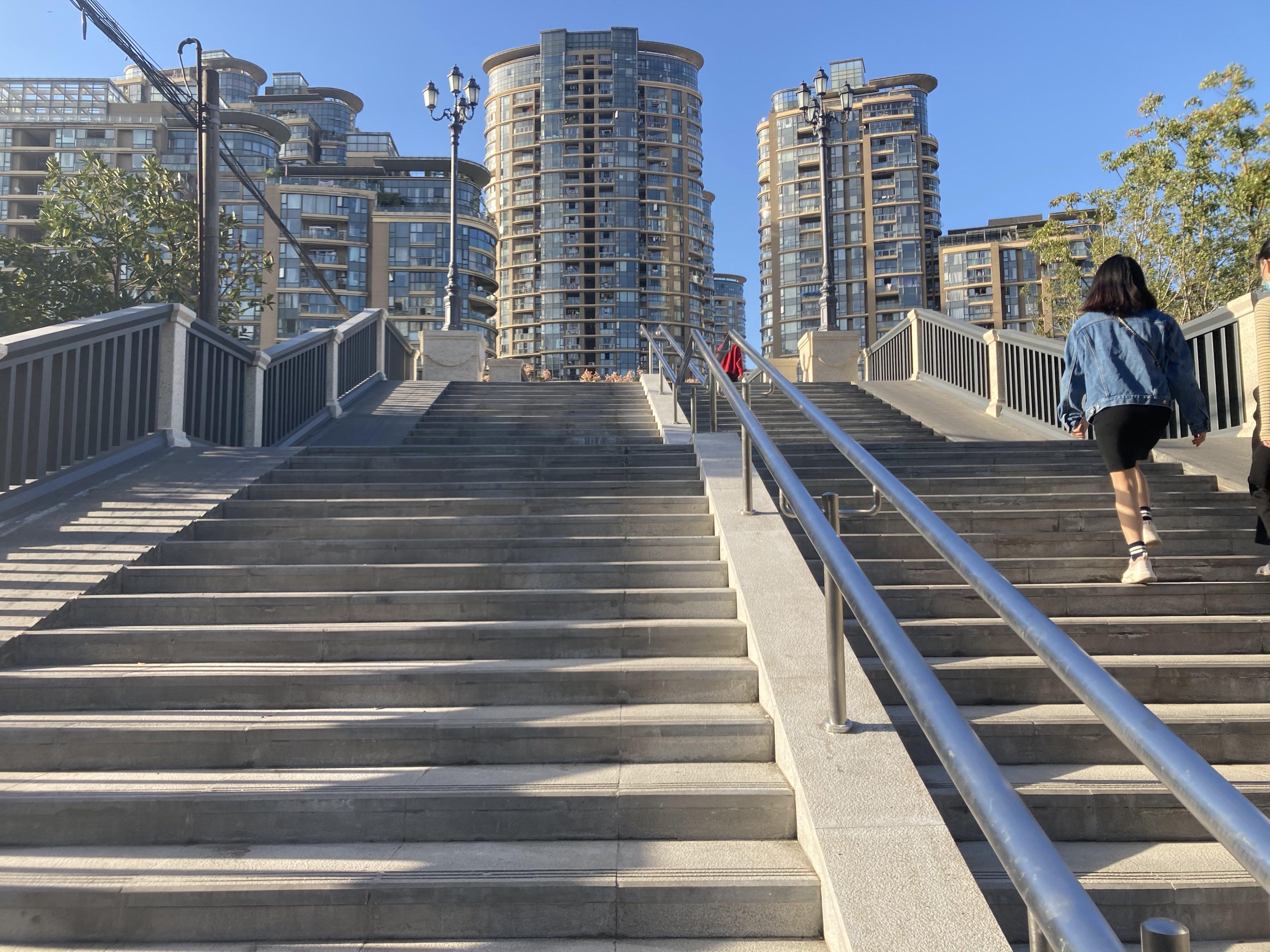 宝成桥连起了周围的居民区。 澎湃新闻记者 沈健文 摄